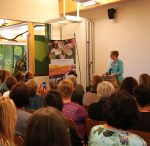 """Marie-Luise Linckh, Vorsitzende des Trägervereins """"NEsD"""" und Präsidentin des LandFrauenverbandes, begrüßte im vollbesetzten Saal des Naturparkzentrums das erwartungsvolle Publikum."""