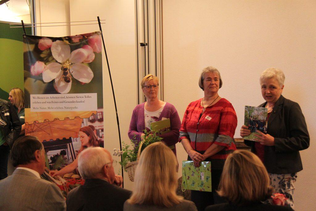 Ein besonderer Dank ging an die Referentin Rosemarie Bort, die in den letzten Monaten ihr fundiertes Wissen über die Anwendung und Wirkungsweisen von Bienenprodukten an die Teilnehmerinnen weitergegeben hat.