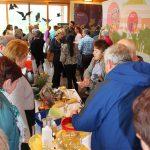 """Am Nachmittag fand der """"Markt der Möglichkeiten"""" statt, auf dem die Fachberaterinnen für Bienenprodukte ihr Programm präsentierten."""
